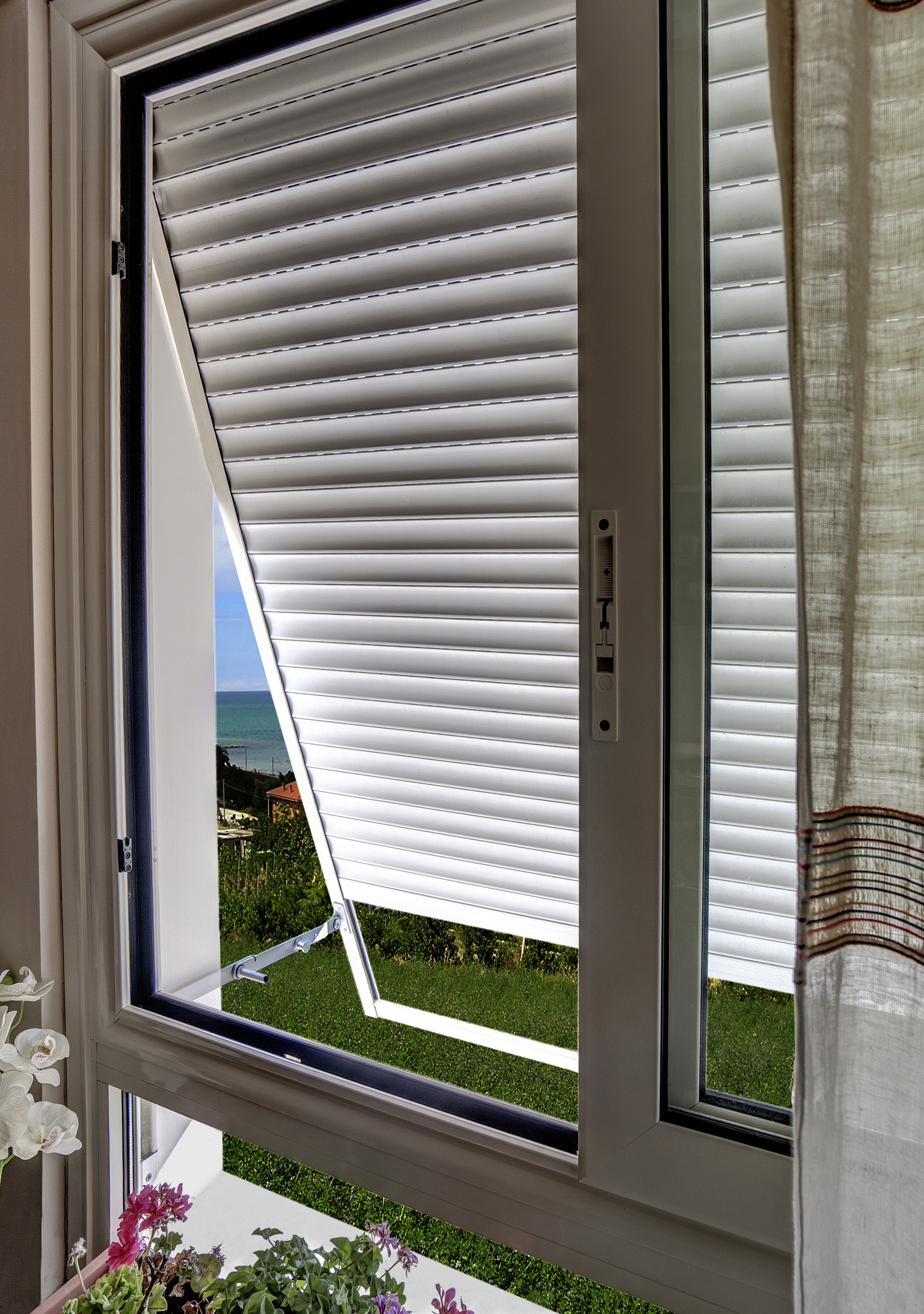 Partnership somfy tecnstil per motorizzare tapparelle a sporgere serramenti design - Serranda porta finestra ...