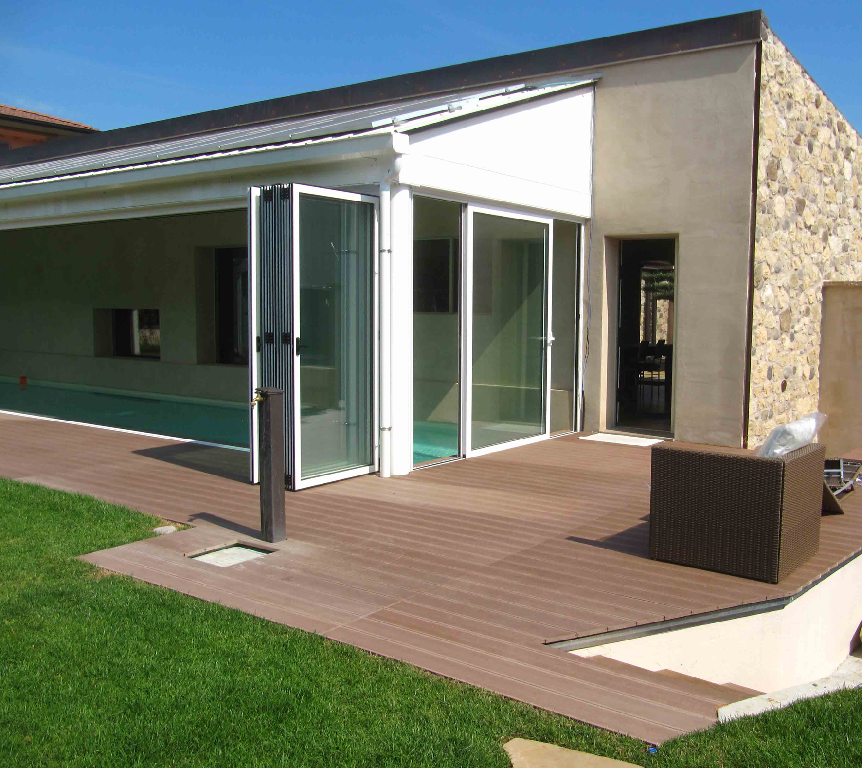 Tradizione e innovazione per elegante villa con specchio d acqua protetto serramenti design - Finestre con pannelli solari ...