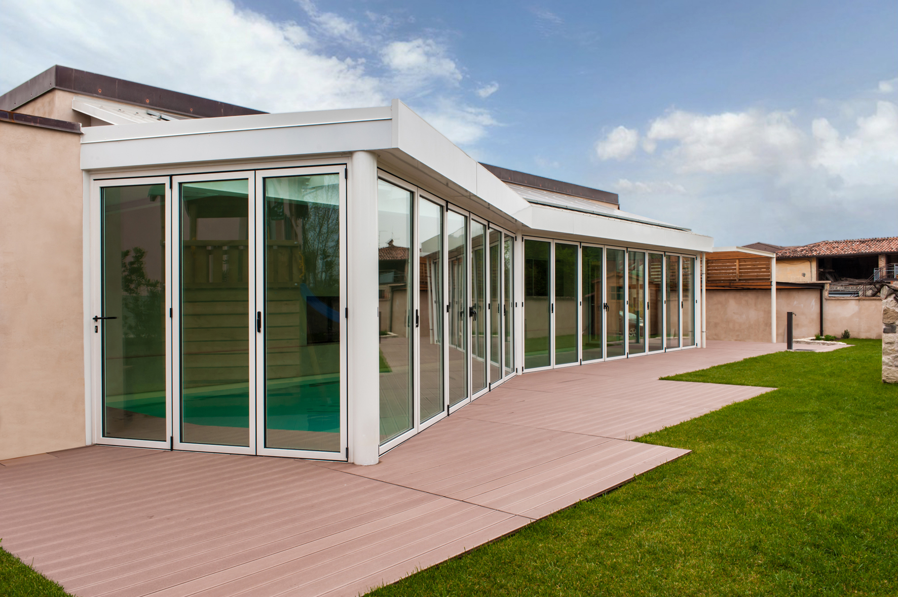 Tradizione e innovazione per elegante villa con specchio d - Finestre a specchio ...