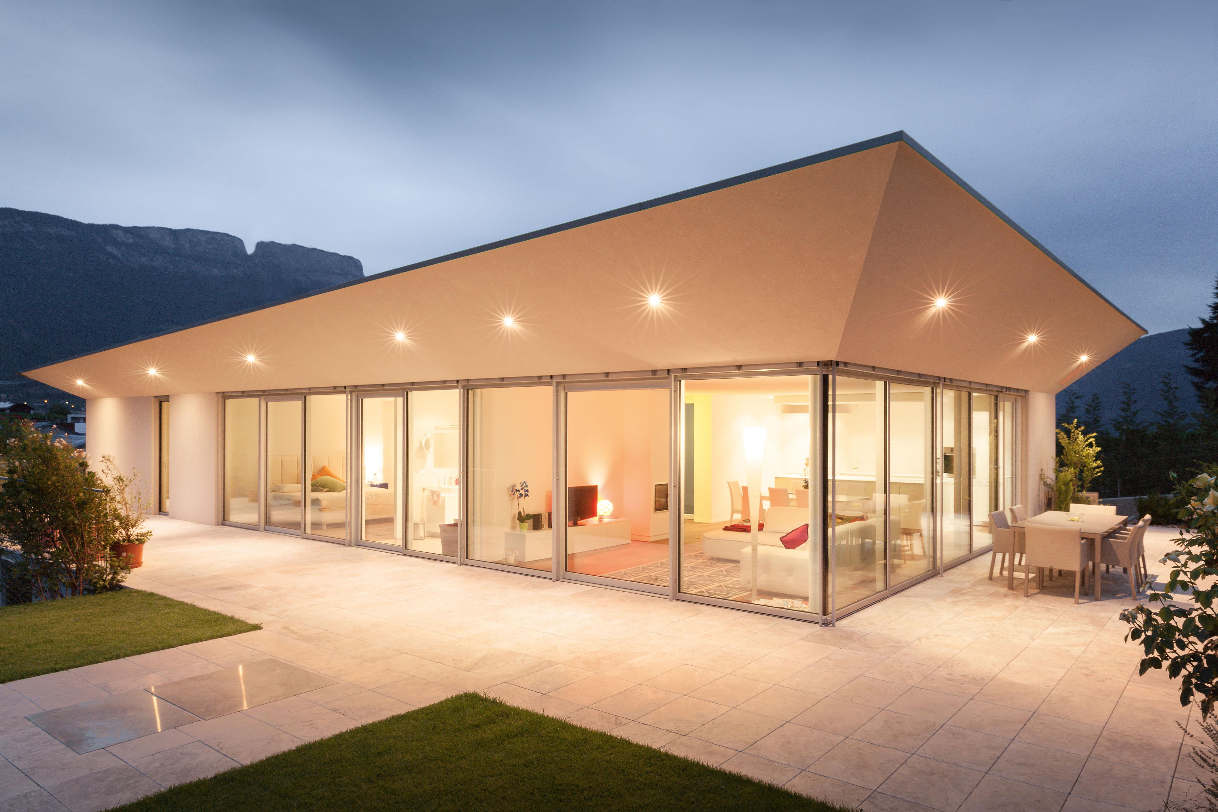 Nuove soluzioni per vetrate di grandi superfici con for Case con vetrate