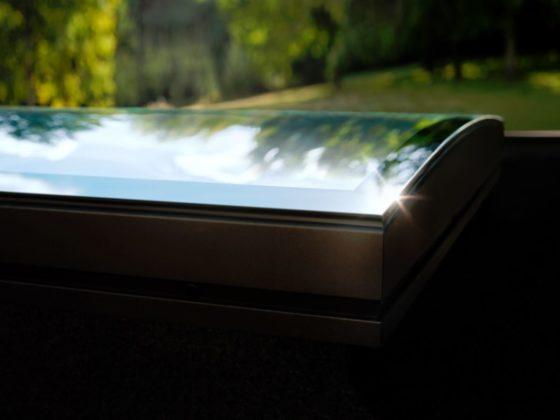 Finestra per tetti piani con vetro curvo e tecnologia for Finestre velux bolzano