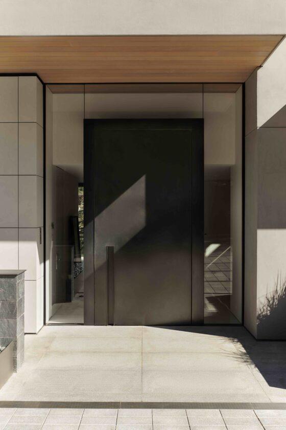 Porta a bilico: CastleWood Doors; sistema di cerniere pivot: System One di FritsJurgens